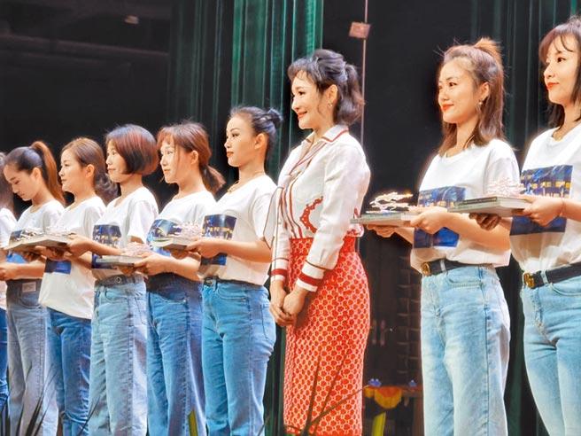 贛劇表演藝術家陳俐(右3)收徒儀式現場。圖:段萍