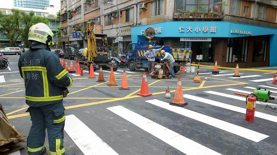 消防局派遣3輛消防車車、9名人員到場戒備中。(翻攝照片/林郁平台北傳真)