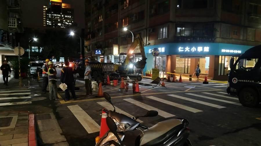 瓦斯公司晚間9時許沿路開挖尋找外洩點。(翻攝照片/林郁平台北傳真)