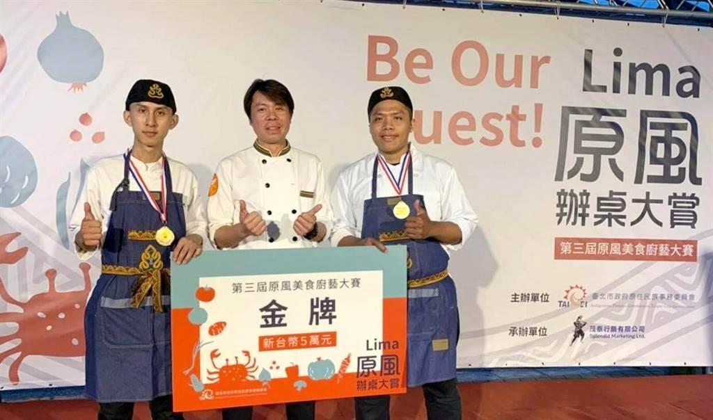 義大畢業的學長孫聖豪(右)攜手高家信學弟(左)參加料理競賽,勇奪金牌。(義守大學提供)