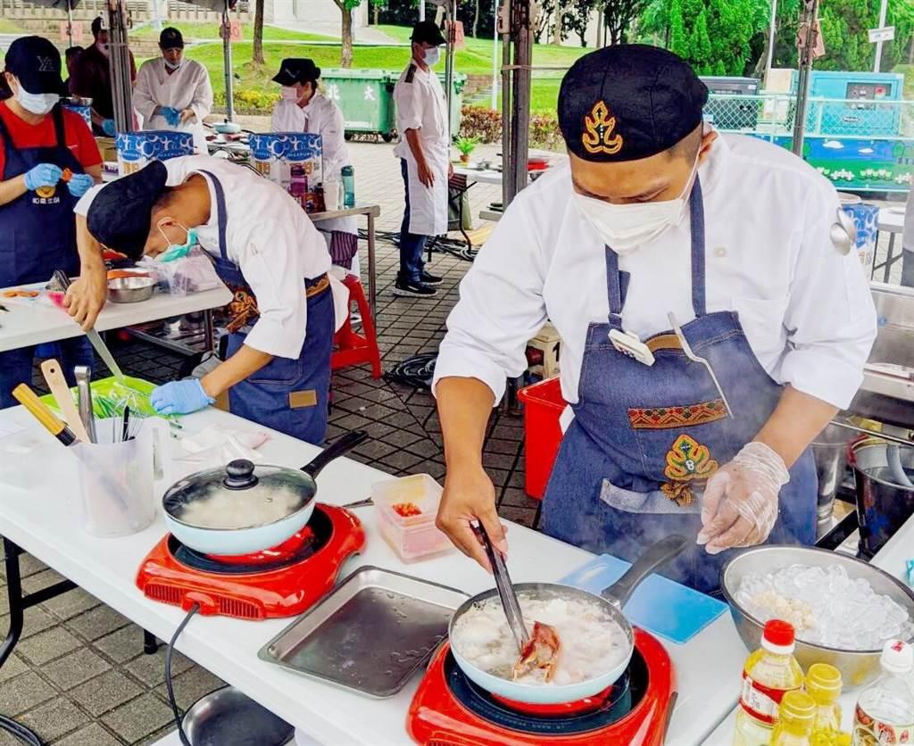 高家信(左)與孫聖豪合作無間,共同完成創意原民料理。(義守大學提供)
