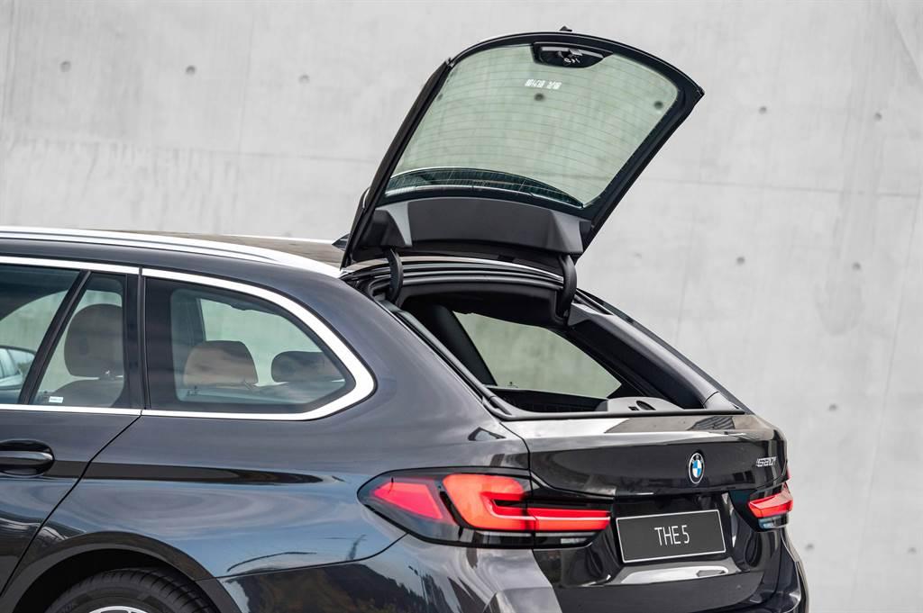 同步引進的520i Touring M Sport,具備獨有的獨立開啟式後擋玻璃,搭配40/20/40分離可傾倒後座椅背與電動後廂捲蓋,空間機能更實用。