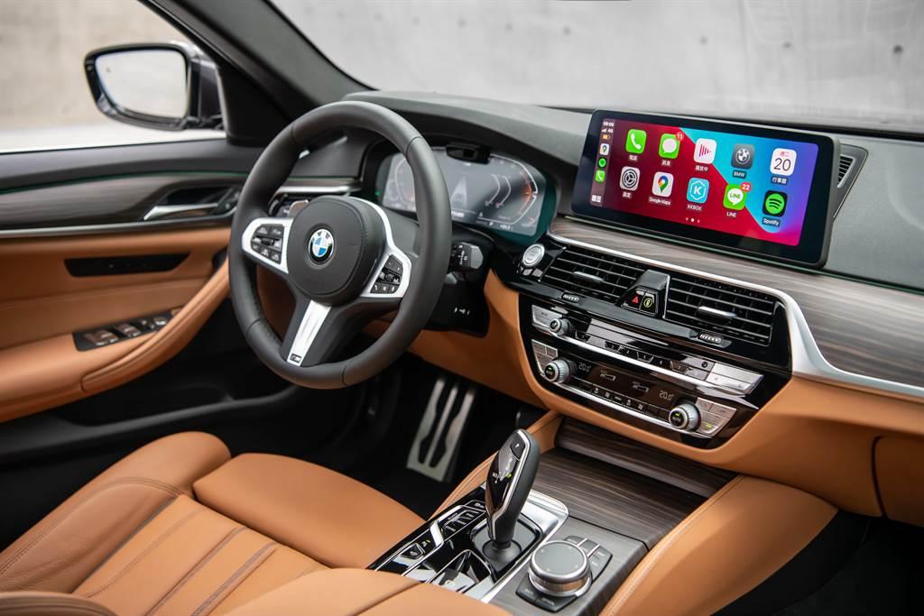 雙12.3吋高解析度螢幕整合全數位虛擬儀錶與中控觸控螢幕,同時可無線連結Apple CarPlay或Android Auto。