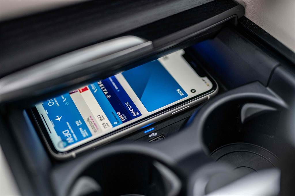 iPhone手機數位鑰匙功能除開鎖、解鎖功能外,只要將手機放在無線充電座上便能直接啟動引擎,同時更可透過iMessage分享功能將鑰匙分享給家人、朋友。