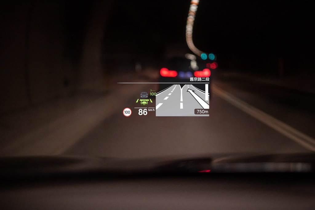 面積加大16%的HUD車況抬頭顯示器,能將車內導航與娛樂系統呈現於眼前,給予駕駛完整的行車資訊。