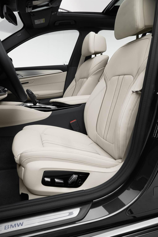 全車系座椅標配電動調整附記憶功能,520i採用Sensetac皮質,530i及M550i則採用Dakota真皮材質,並可選擇跑車型、舒適型及M款跑車座椅三種設定。圖為530i M Sport標配之Dakota舒適型座椅。