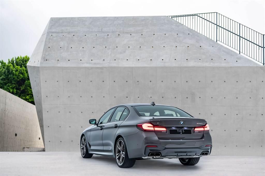 性能擔當M550i xDrive搭載4.4升V8雙渦輪雙渦流引擎,擁有高達530hp/750Nm的狂暴動力,僅需3.8秒就能完成0~100km/h加速。