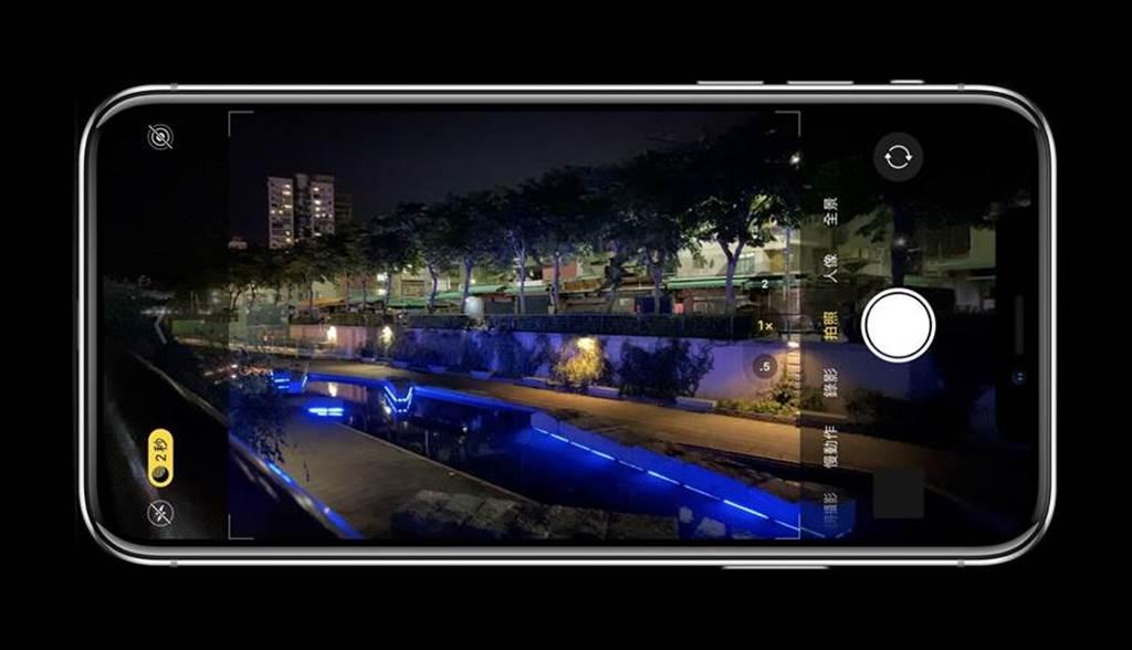 蘋果 iPhone 11 首度支援夜拍模式,在iPhone 12系列中,夜拍功能也有所提升。(黃慧雯製)