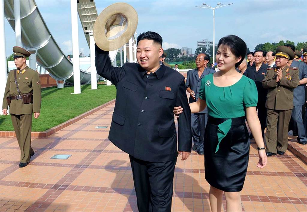 北韩第一夫人李雪主自今年1月出席公开活动以后,至今神隐9个月,又有传闻指她可能遭到金正恩处决,不过另外也有传闻指,她可能是在照顾金正恩姑姑金敬姬、生病,或者专注于女儿的教育等3种说法。(资料照/美联社、朝中社)