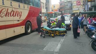女骑士疑变换车道不当  遭后车追撞滚入游览车轮旁