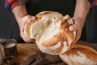 恶劣客人测麵包鲜度竟「手摸了放回」 店员害怕客诉不敢劝