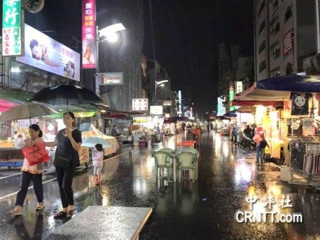高雄的六合夜市平常日生意冷冷清清。港媒直擊,幾乎可說從路頭看到路尾。(翻攝《中評社》)