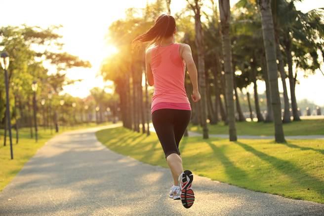 早上要讓腦袋快速清醒,可試試晨跑,它有5種意想不到好處。(達志影像/shutterstock)