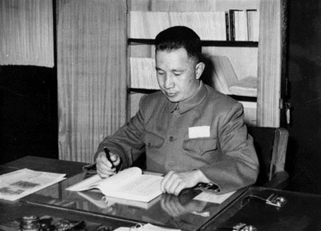 粟裕被毛澤東譽為「淮海戰役第一功」,卻栽在金門古寧頭一役上,他所規劃的攻台方案也因韓戰爆發而未能執行。(圖/公開檔案)