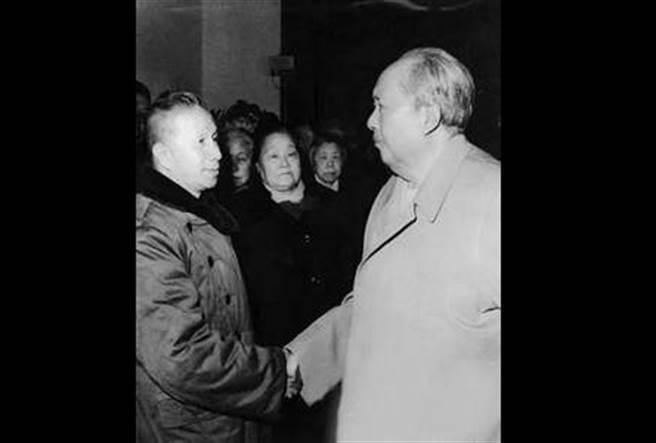 晚年的毛澤東(右)與粟裕(左),很多人認為毛澤東錯用粟裕,導致古寧頭慘敗,拖延了攻台時機。但更多的人認為攻台方案未能實現,主要原因還是韓戰爆發。(圖/公開檔案)