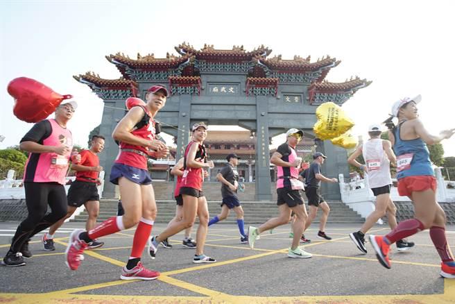 依山傍水日月潭環湖馬拉松本周日登場,今年吸引超過 5000 位跑者報名(日管處提供/黃立杰南投傳真)