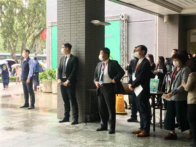 衛福部長陳時中今出席「2020台灣全球健康論壇」,會後接受媒體採訪時表示,政治是大家參與的事情,自己比較不屬於選舉的政治人物,而是政務官,大家一直點名,但這些都是未來的事情。(林周義/攝影)