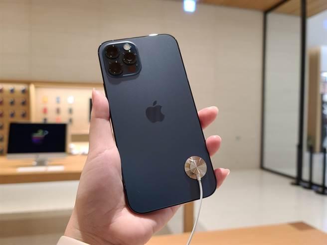 iPhone 12 Pro太平洋藍色實機。(石欣蒨攝)