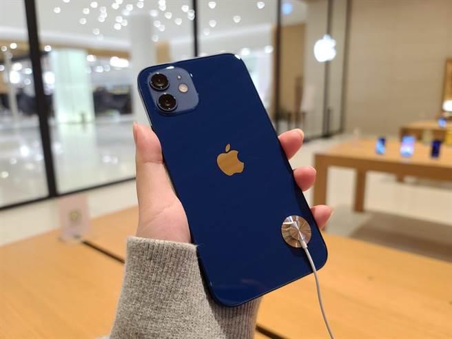 iPhone 12 藍色實機。(石欣蒨攝)