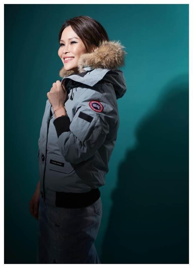 周蕙穿上Canada Goose羽絨衣,開心尖叫「好想出國旅行」。(圖/JOJ PHOTO攝)