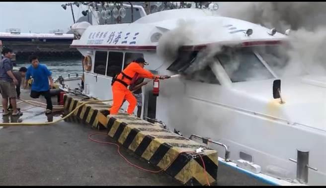 新北市深澳漁港驚傳火燒船,濃濃黑煙怵目驚心。(翻攝照片/吳康瑋新北傳真)