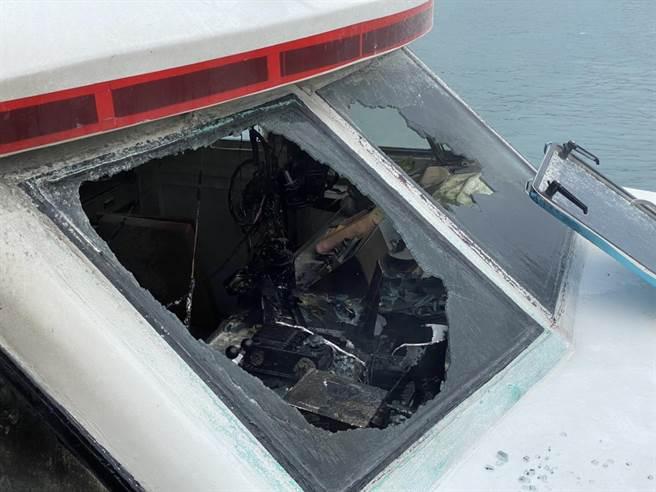 新北市深澳漁港驚傳火燒船,濃濃黑煙怵目驚心。(新北市消防局提供/吳康瑋新北傳真)