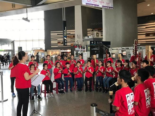 新湖國小直笛團23日於高鐵新竹站快閃演出,為旅客帶來2首古典曲目。(高鐵提供/莊旻靜新竹傳真)