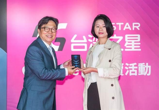 台灣之星總經理賴弦五23日親臨iPhone 12開賣會,將手機交給搶頭香的老客戶。圖/台灣之星提供