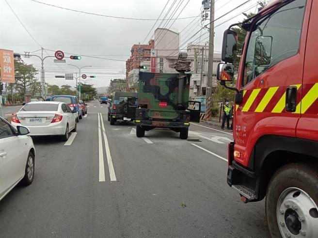 民眾爆料軍用吉普車疑似剎車失靈,追撞前車,其中1輛冒煙煙火。(爆料民眾提供/王文吉台中傳真)