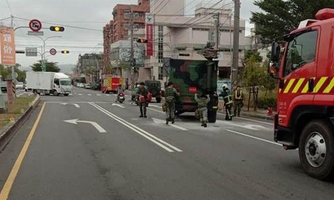 消防隊員協助軍方人員將故障吉普車推到路旁。(爆料民眾提供/王文吉台中傳真)