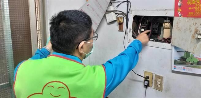 上為: 台電北西區處人員協助在地弱勢長者家中用電安全檢查及節能改善評估。(台電提供/李俊淇新北傳真)