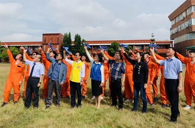 雲林縣長與眾多與會嘉賓共同擲出小飛機。(Campus編輯室攝)