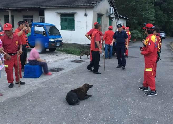 斗南分局與雲林救難協會動員十幾名人力,將走失的八旬老婦平安尋獲。(斗南分局提供/周書聖雲林傳真)