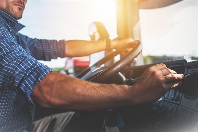 司機載運過長鋼筋,導致倒車時意外擦撞機車騎士,騎士當場死亡。(示意圖/達志影像/Shutterstock提供)