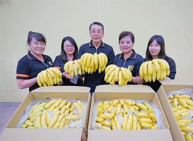 許多熱心團體及民代自發性發起挺蕉農活動。(新北市果菜運銷公司提供)
