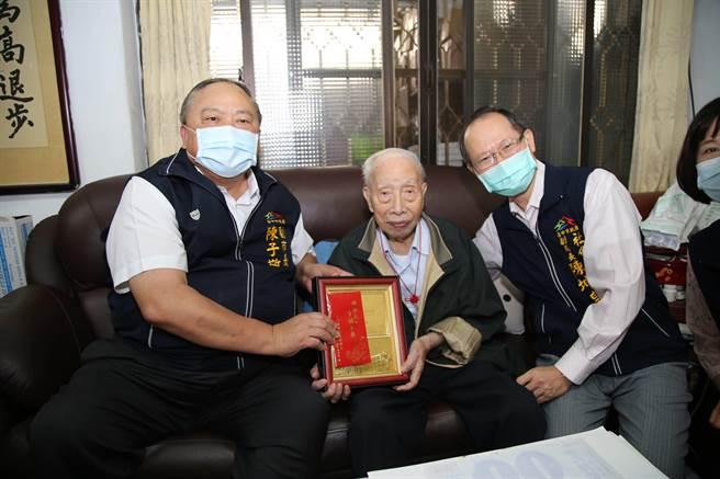 台中市副市長陳子敬(左)致贈百歲人瑞劉琨(中)敬老狀與重陽禮金。(王文吉攝)