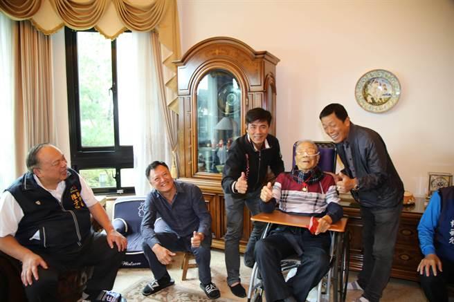 台中市副市長陳子敬(左)與百歲人瑞張春森話家常。(王文吉攝)