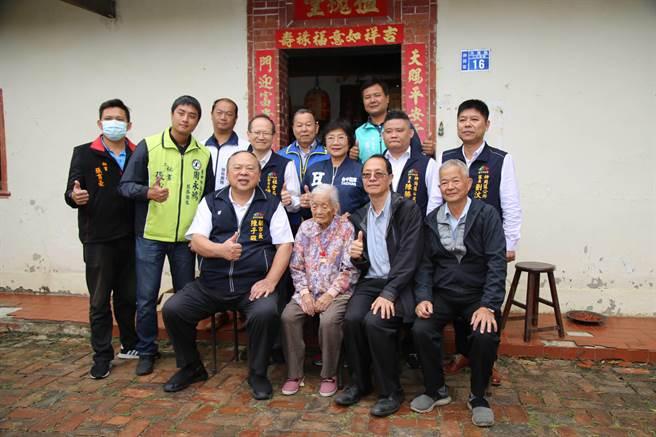 台中市副市長陳子敬與多位官員至百歲人員王張蜜家中道賀。(王文吉攝)