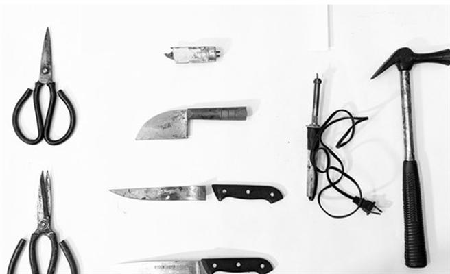 台南市佳里區今(23日)凌晨發生一起患思覺失調症30歲男子,攻擊母親致死天倫悲劇。嫌犯疑犯案的「8種凶器」曝光,包括水果刀、剪刀、鐵鎚、菜刀(檳榔刀)、焊鐵、燈管等。(圖/翻攝畫面對