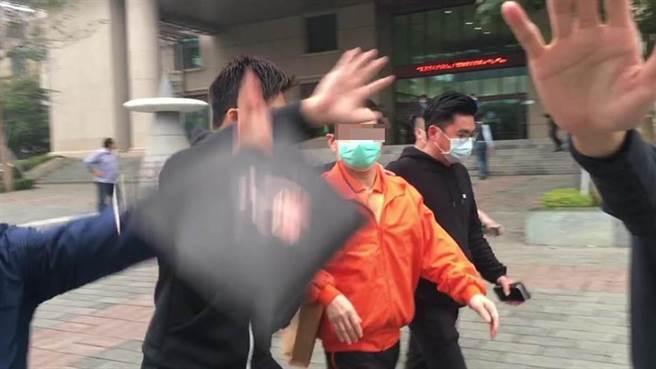 嘉義大亨蕭世耀獲交保時,由大批黑衣男子護送離開法院。(本報資料照片/廖素慧攝)