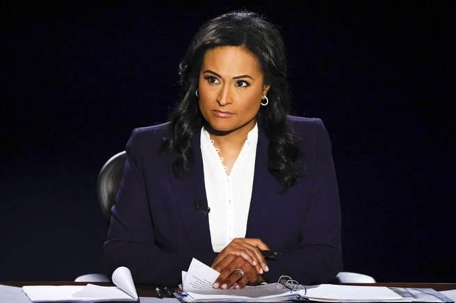 美媒《國家廣播公司》記者維爾克在最後一場大選辯論中穩健掌控辯論節奏與秩序,讓她成為這場辯論的公認贏家。(美聯社)