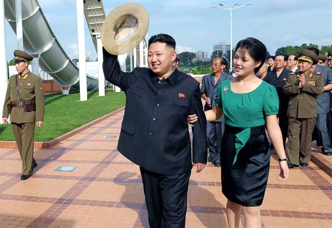 北韓第一夫人李雪主自今年1月出席公開活動以後,至今神隱9個月,又有傳聞指她可能遭到金正恩處決,不過另外也有傳聞指,她可能是在照顧金正恩姑姑金敬姬、生病,或者專注於女兒的教育等3種說法。(資料照/美聯社、朝中社)
