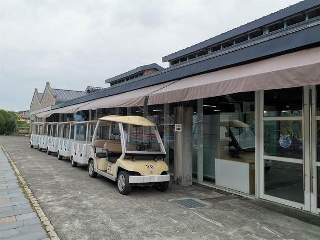 搭乘造型獨特的生態遊園車,輕鬆參觀觀光工廠及附近景點。(劉秀芬攝)