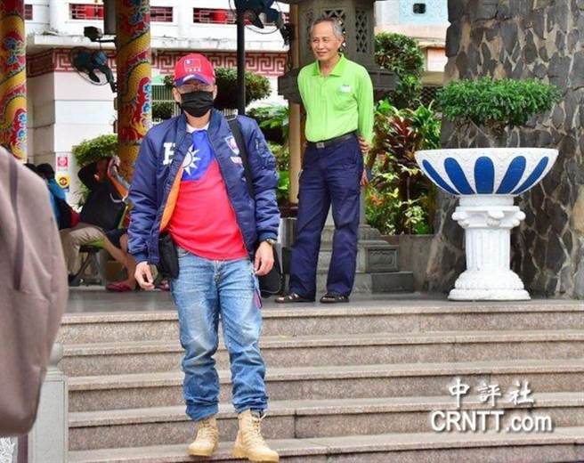《中天新聞台》台中戶外開講,有參與民眾穿著「鋼鐵韓」藏青色飛行夾克到場。(翻攝《中評社》)
