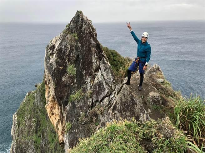 唐振剛克服腳程上的險峻,成功攻頂「烏岩角」。(八大提供)