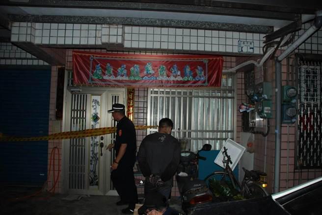 台南市佳里區23日凌晨發生命案,患有思覺失調症30歲李姓男子(右)持多種凶器殺死母親,當地警方據報後到場立即將李男逮捕。(讀者提供/劉秀芬台南傳真)