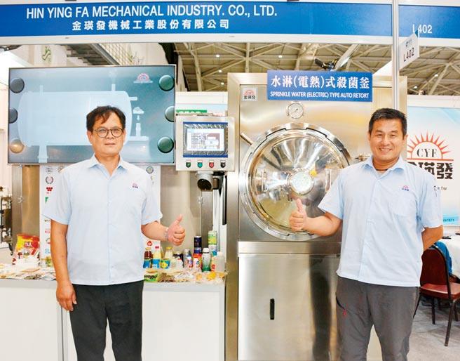 金瑛發公司越南經理王昇傑(右)、與業務專員黃耀興(左)大力推廣高溫高壓殺菌設備。圖/李水蓮