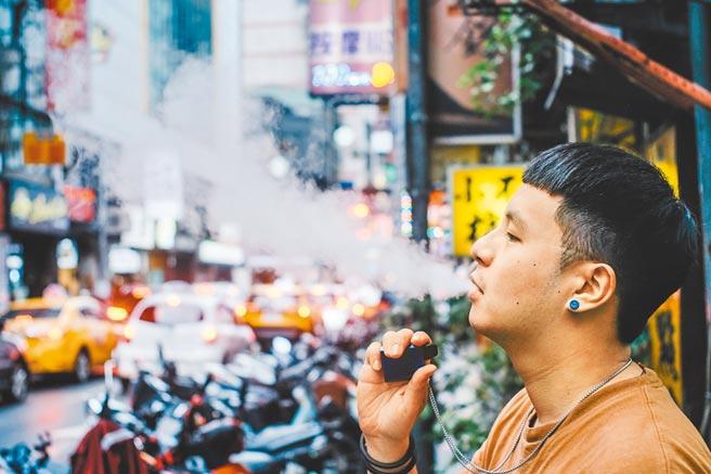 衛福部昨首度揭露國內超過7.3萬名青少年使用電子煙、加熱菸,董氏基金會痛批,政府一方面先開放再提醒民眾「產品有害健康請勿使用」,根本是政策錯亂。(本報資料照片)(吸菸有害健康)