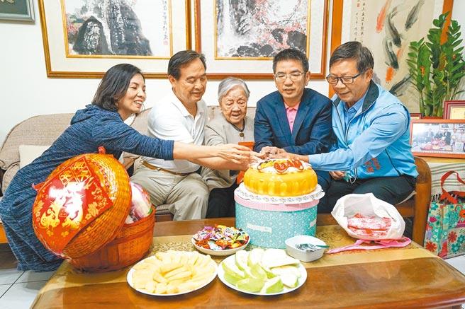宜蘭市長江聰淵(右二)昨拜訪102歲人瑞郭林却(中),江聰淵盼望每一位長者都能享受優質的生活環境。(李忠一攝)