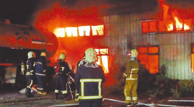 花蓮縣吉安鄉一間汽車烤漆廠昨晨遭祝融,現場堆放許多烤漆油料助燃火勢,且不時傳出爆炸聲響,驚醒附近居民。(羅亦晽攝)